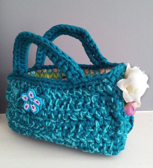 Hoopla yarn bag accessorised with a Fimo button and fabric flowers